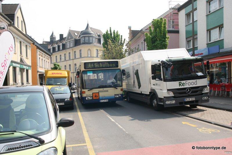 Bus und Laster nebeneinander: Wo soll da der Platz für die Fahrradfahrer sein?