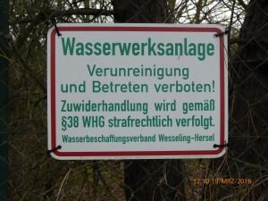 Gesehen am Eingang des WBV-Geländes: Gilt nicht für die Ausbringung von Biodünger in Form von Gülle etc. in unmittelbarer Nähe des Wasserwerk im Wasserschutzgebiet!